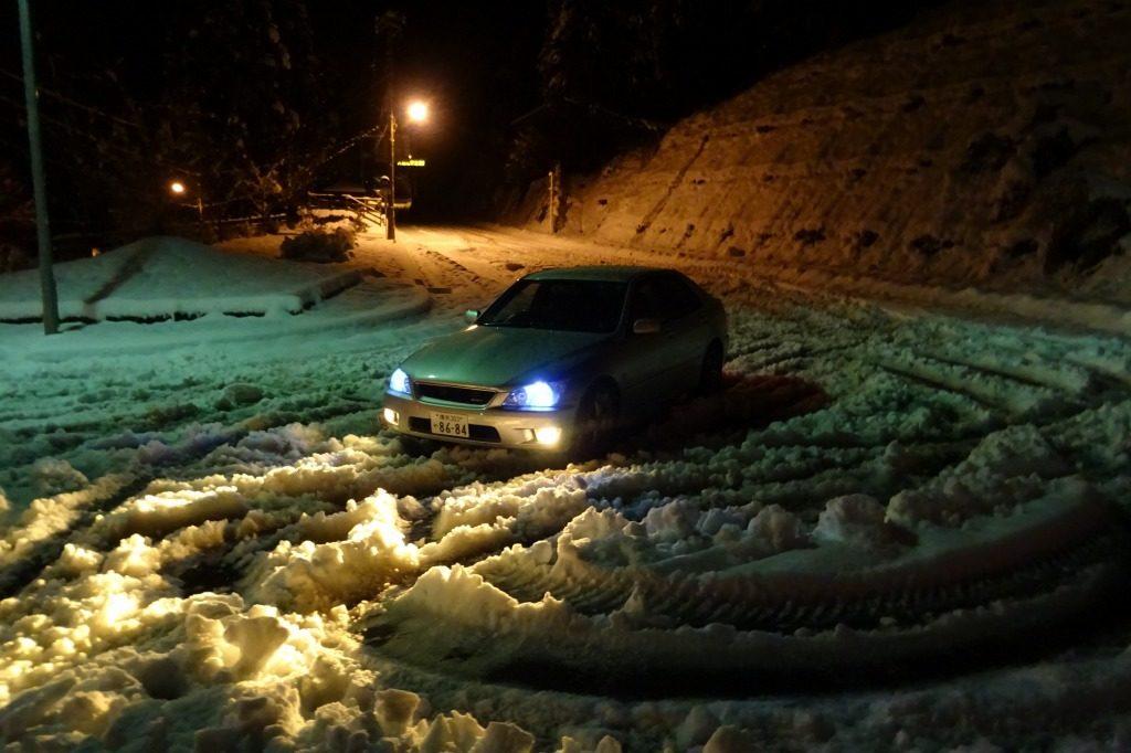 アルテッツァを峠の深雪で撮影