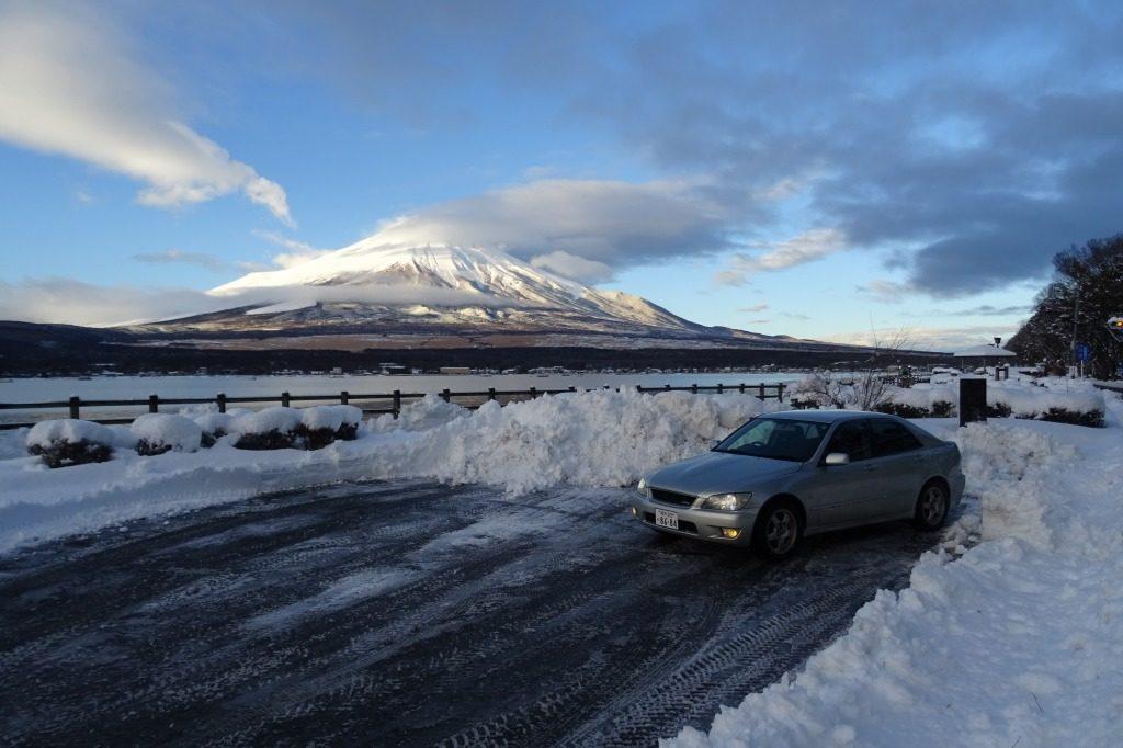 雪化粧をした富士山をバックに撮影したアルテッツァ