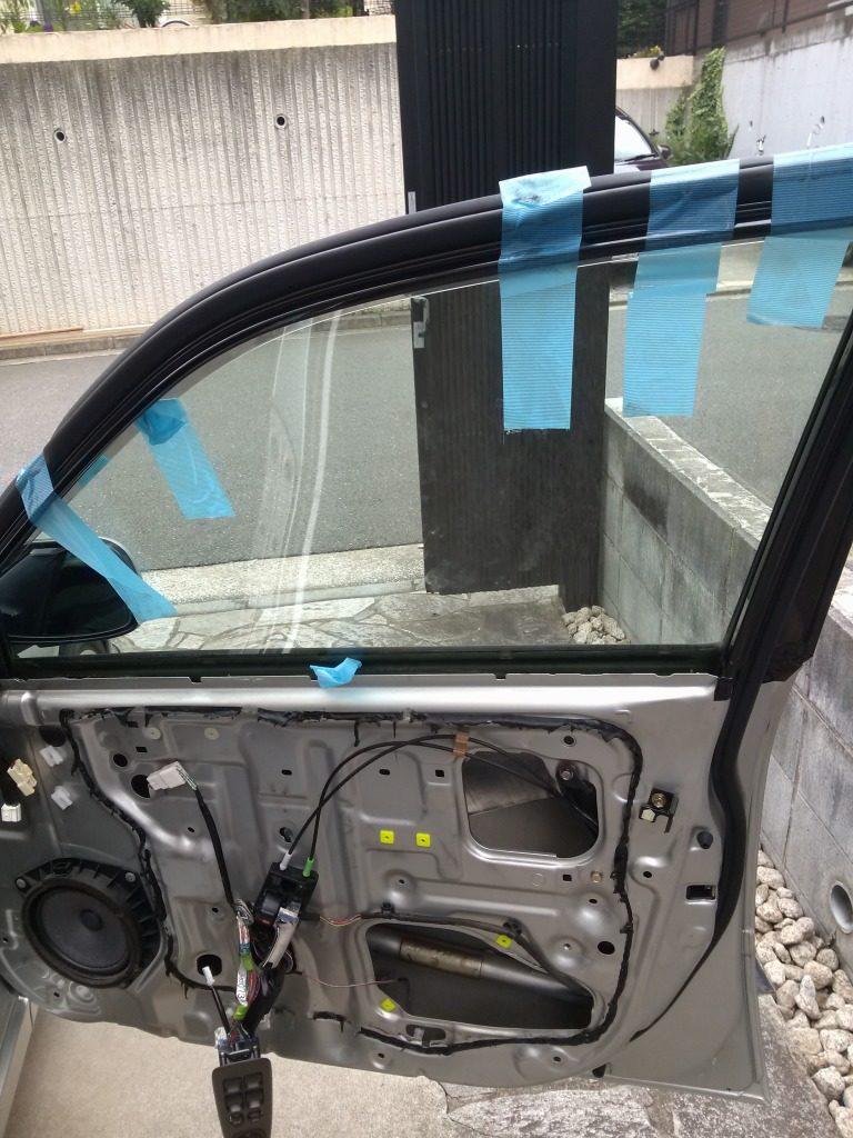 運転席ドア_ガラステープで抑える