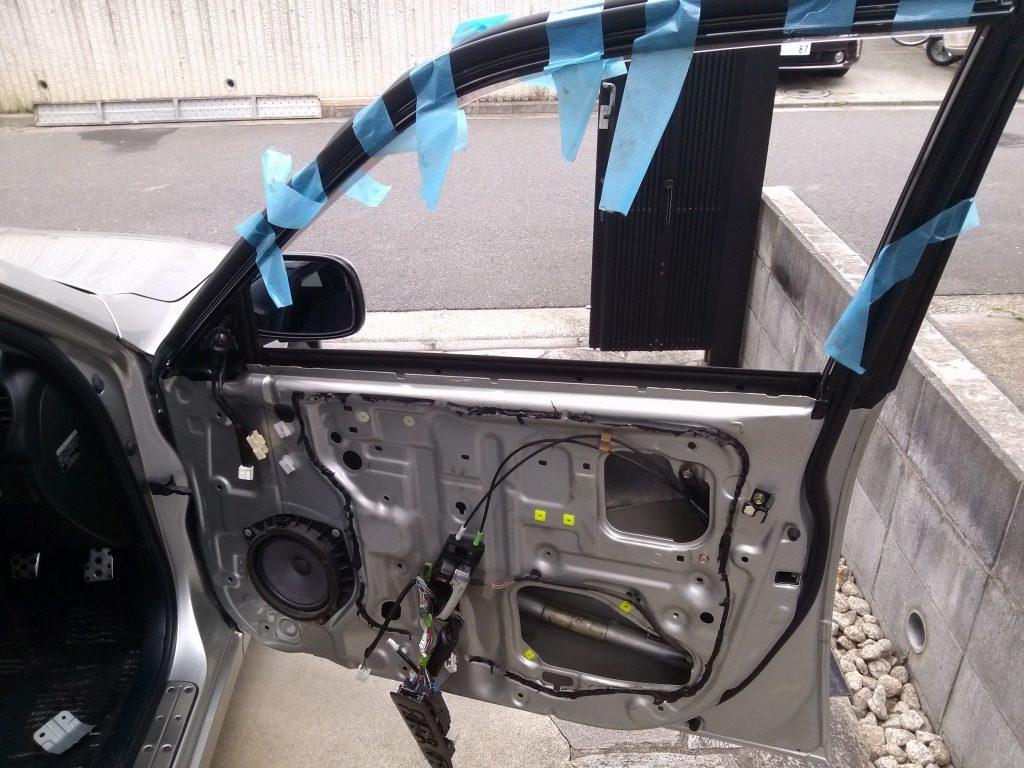 ガムテープで固定していた窓ガラスが落下