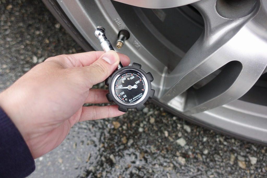 タイヤの空気圧を確認