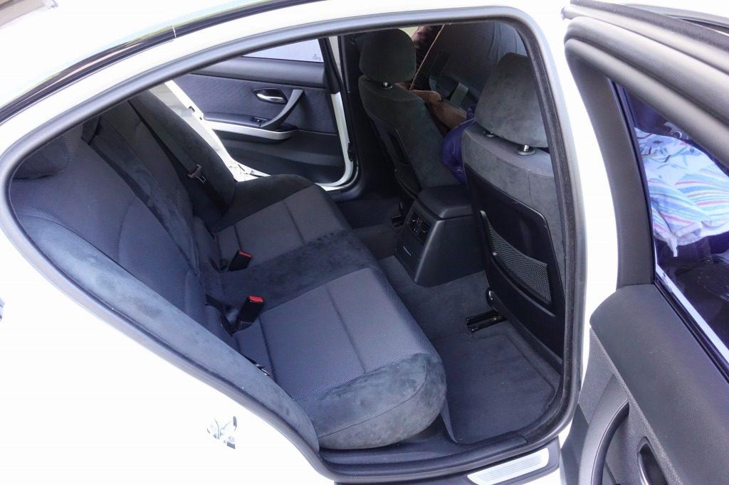 セダンで車中泊するときは2列目の足場エリアまで使うことが多い