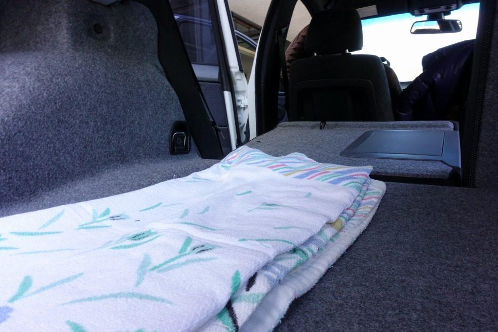 いらないタオルなどを使って凹凸を埋める