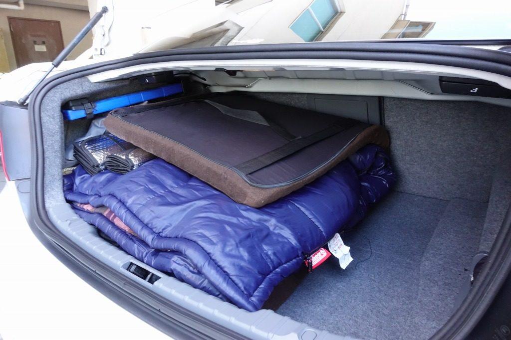 寝床となるマット、寝袋はトランクに綺麗に収納される
