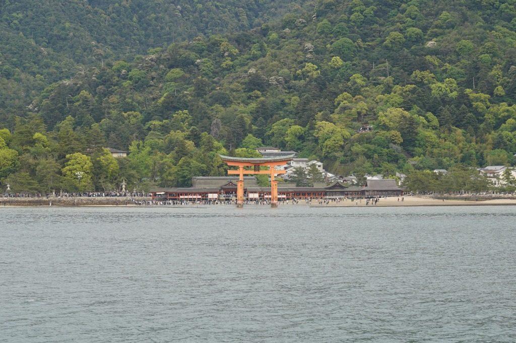 厳島神社の鳥居を海から撮影