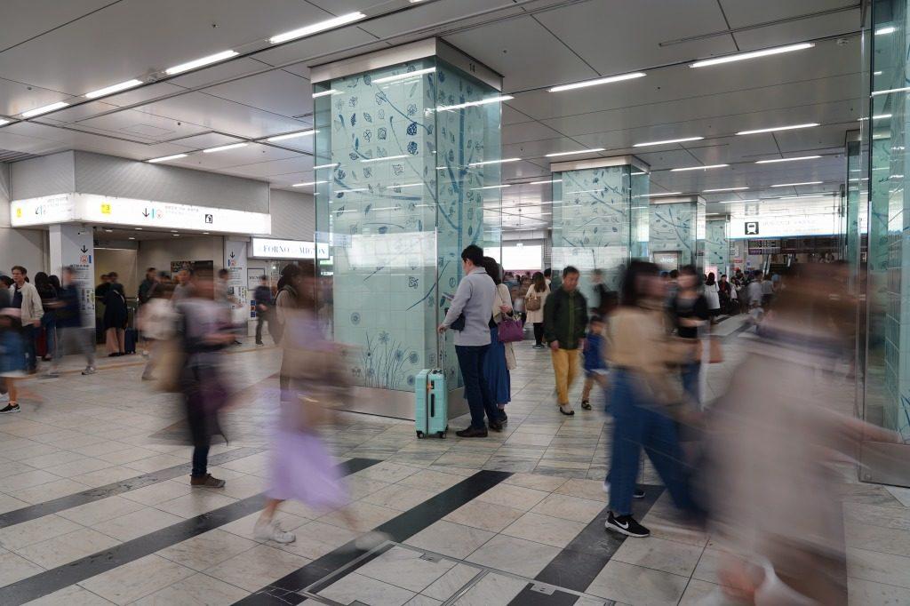 人が行きかう博多駅
