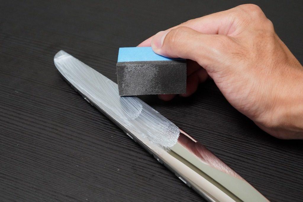 塗装表面に伸ばすように研磨する作業