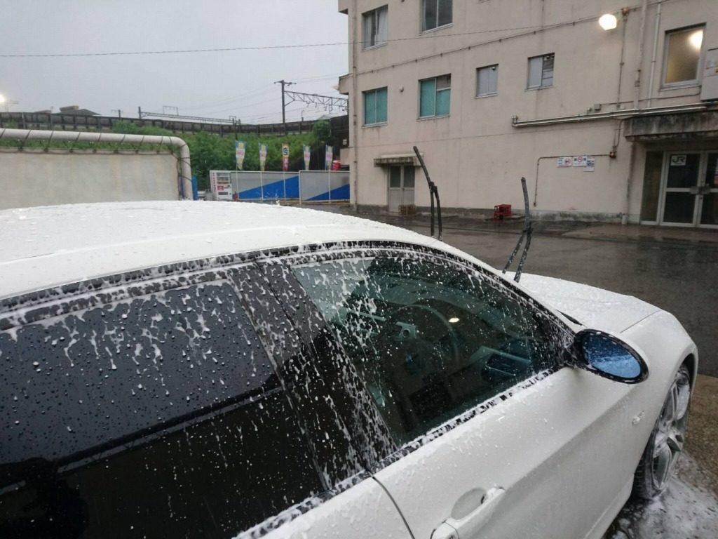 泡が雨により流れ落ちる