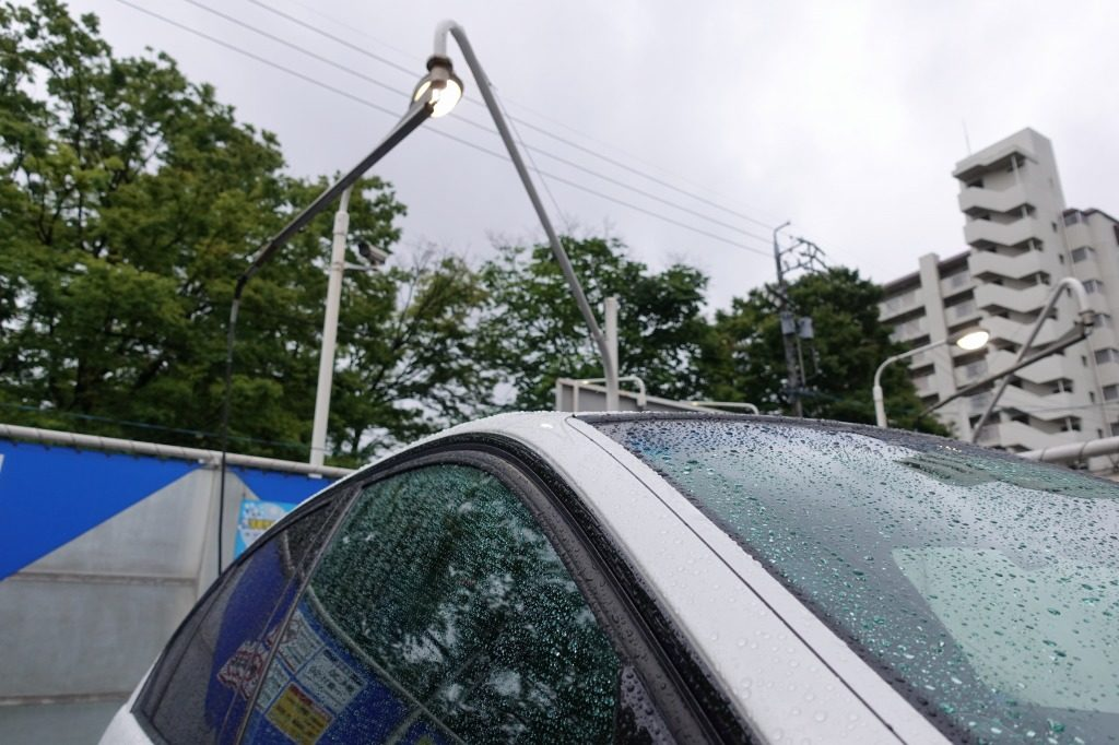 車のボディーに滴る雨