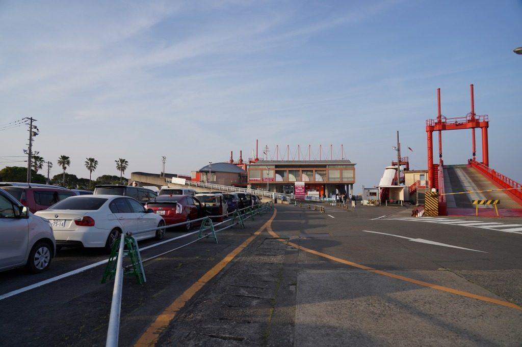 熊本へのフェリーを待つ車の列