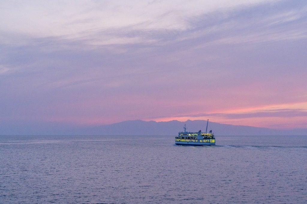 紫色の空を背景に航行するフェリー