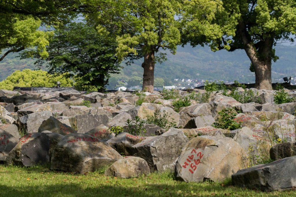 崩壊した足場の石