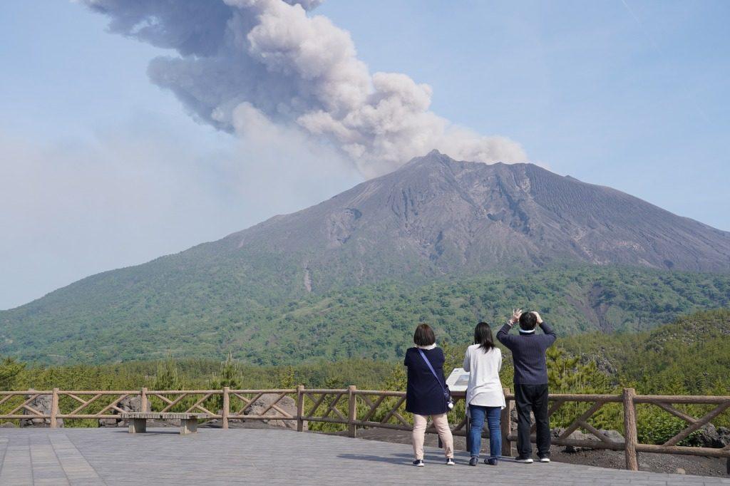 桜島噴火を見守る家族