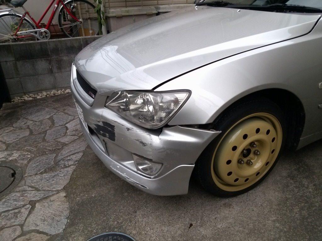 スペアタイヤを装着した大破したアルテッツァ