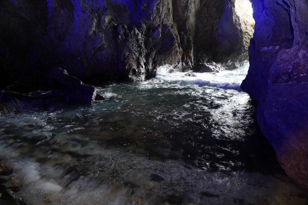 青の洞窟の波打ち際