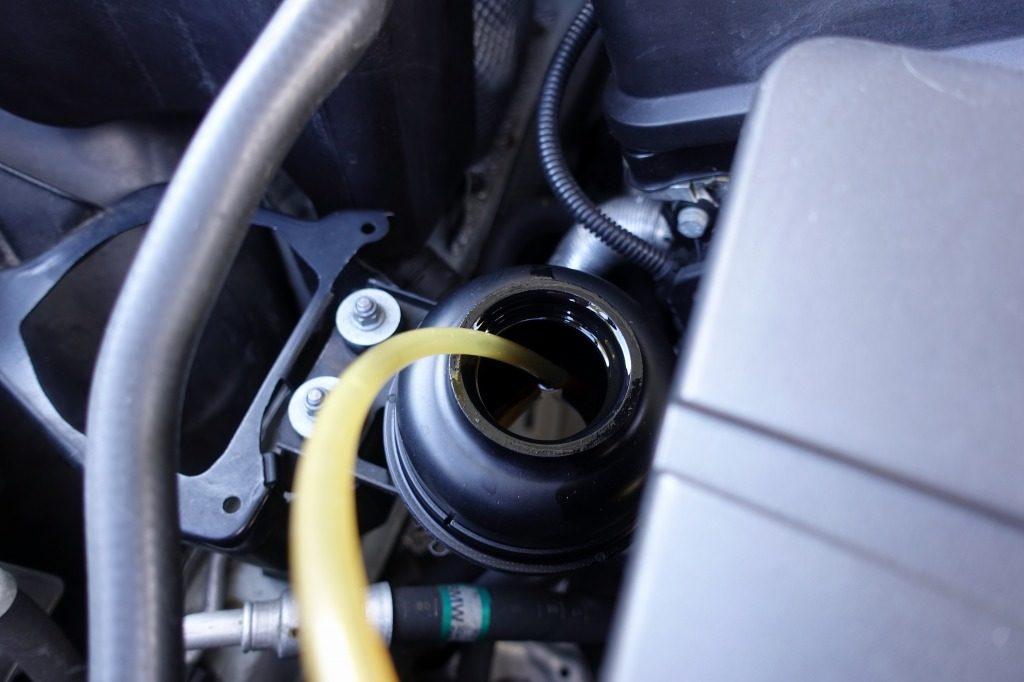 リザーブタンクを開け、ポンプの管を入れたところ