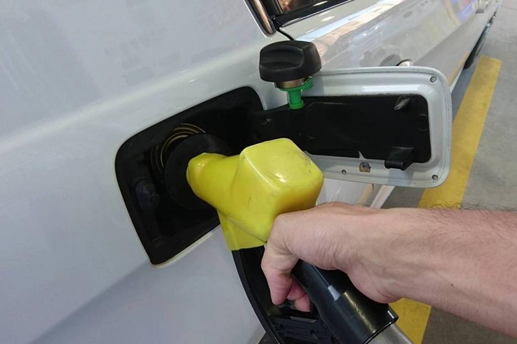 車好きあるある_ガソリン給油